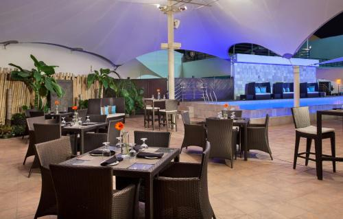 A restaurant or other place to eat at Radisson Hotel Brunei Darussalam