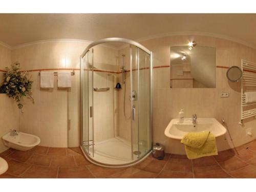 A bathroom at Kurparkresidenz Strandpromenade - Ferienwohnung 01