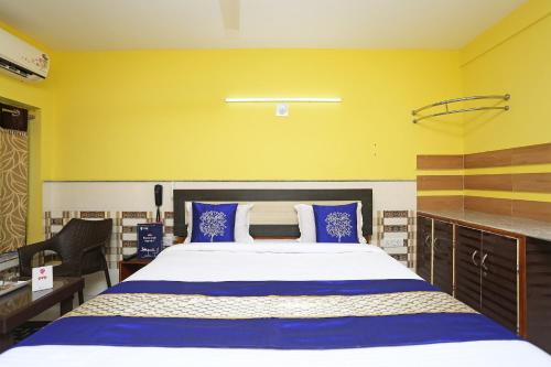 A bed or beds in a room at OYO 9958 Laxmi Resort