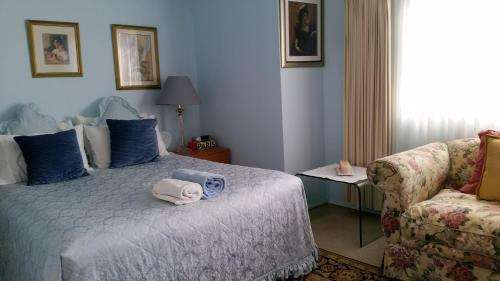 A bed or beds in a room at Narrabeen Beachside Townhouse