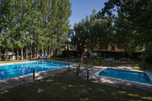 Het zwembad bij of vlak bij Camping & Bungalows Ligüerre de Cinca