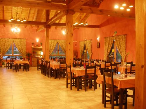 A restaurant or other place to eat at Camping Riaza