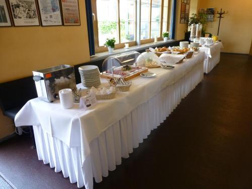 Ein Restaurant oder anderes Speiselokal in der Unterkunft Hotel Bleichibeiz