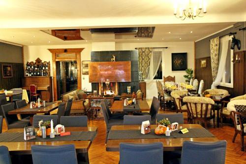 Ein Restaurant oder anderes Speiselokal in der Unterkunft Hotel Jägerhof