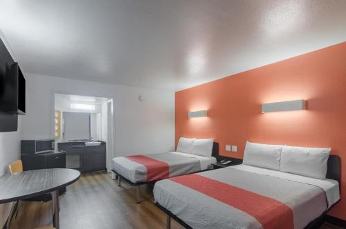 A bed or beds in a room at Motel 6-Paris, TX