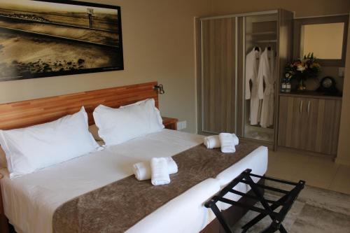 Ein Bett oder Betten in einem Zimmer der Unterkunft Prost Hotel Swakopmund Namibia