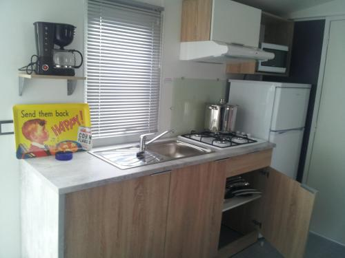 A kitchen or kitchenette at Camping Les Mielles