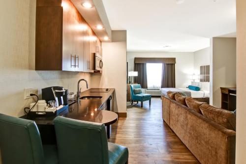 A kitchen or kitchenette at Canalta Selkirk