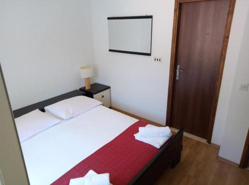 A bed or beds in a room at Apartments by the sea Prozurska Luka, Mljet - 618