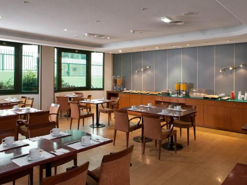A restaurant or other place to eat at Apartamentos TH Las Rozas
