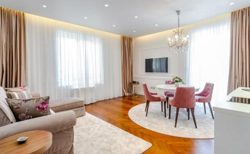 A seating area at Ann Luxury Rooms