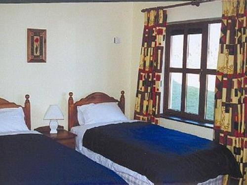 A bed or beds in a room at Kinsale Coastal Cottages