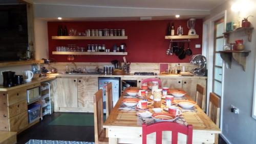 A restaurant or other place to eat at Hostal Treehouse Patagonia