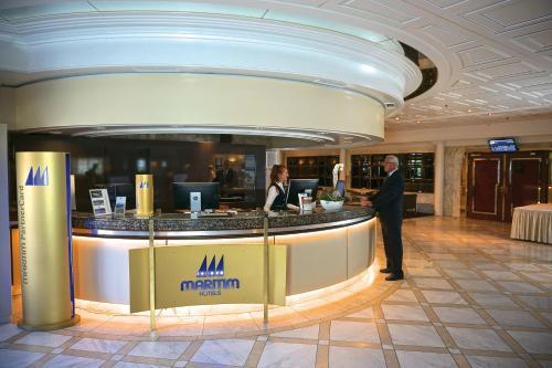 The lobby or reception area at Maritim Hotel Königswinter