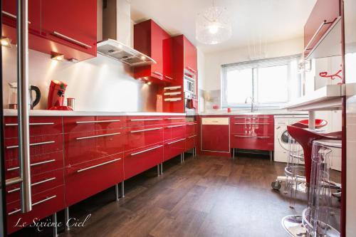 A kitchen or kitchenette at Le Sixième Ciel
