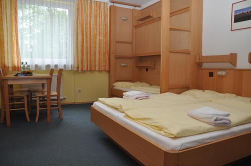 Ein Bett oder Betten in einem Zimmer der Unterkunft Eduard-Heinrich-Haus, Hostel