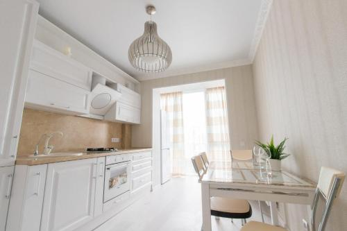 Кухня или мини-кухня в Apartment on Lva Tolstogo 16