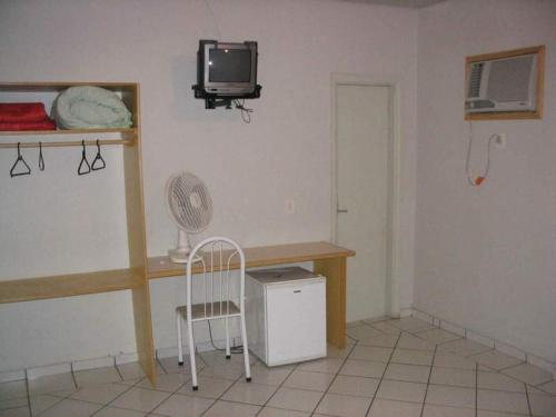 A television and/or entertainment center at Hotel Topazio Ltda