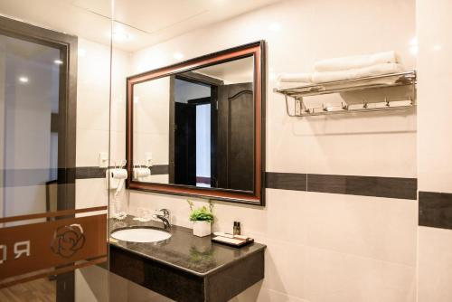A bathroom at Rosaleen Boutique Hotel