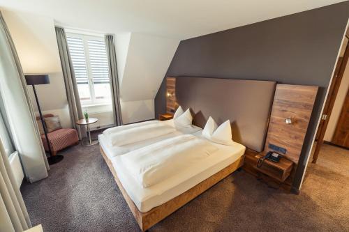 Ein Bett oder Betten in einem Zimmer der Unterkunft Altstadthotel Kneitinger, Abensberg