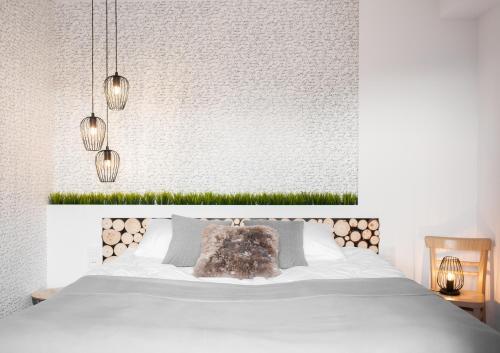 Łóżko lub łóżka w pokoju w obiekcie Miód Malvina Apartamenty