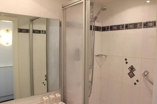 A bathroom at Multatuli Hotel