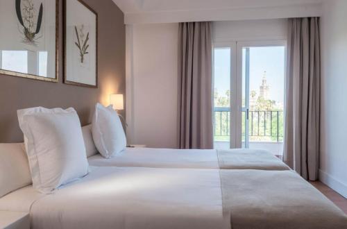 سرير أو أسرّة في غرفة في فندق ألكازار