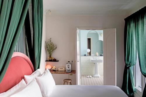 Säng eller sängar i ett rum på Hotel des Grands Boulevards