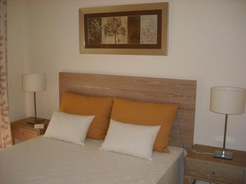 A bed or beds in a room at Oasis Parque Country Club