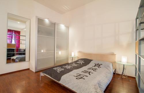 Кровать или кровати в номере RentPiter Loft Nevsky 96