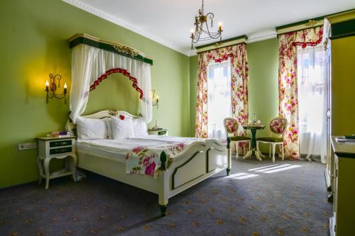 A bed or beds in a room at Rosen Villa Sibiu