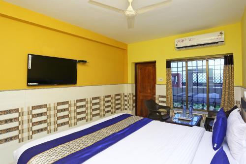 A television and/or entertainment centre at OYO 9958 Laxmi Resort