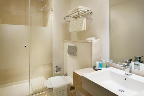 Salle de bains dans l'établissement St. George Hotel