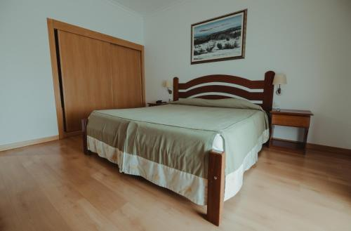 A bed or beds in a room at Hotel Quinta dos Cedros