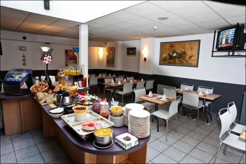 Ein Restaurant oder anderes Speiselokal in der Unterkunft Brit Hotel Primo Colmar Centre