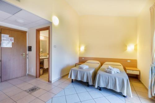 Letto o letti in una camera di Hotel Baia Marina