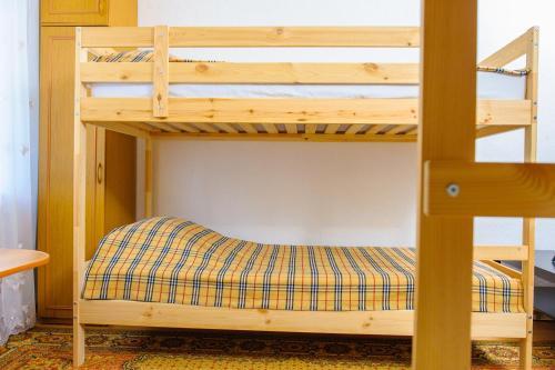 Двухъярусная кровать или двухъярусные кровати в номере Ростов Хостел