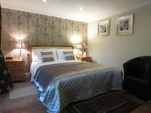 A bed or beds in a room at Decoy Barn Fritton
