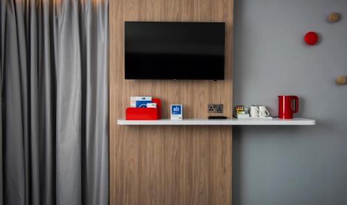 A television and/or entertainment centre at Holiday Inn Express Edinburgh - Leith Waterfront