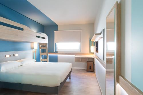 A bunk bed or bunk beds in a room at ibis budget Geneve Palexpo Aeroport