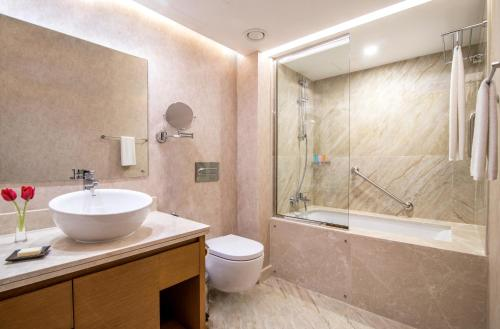 A bathroom at Hyatt Regency Galleria Residence Dubai
