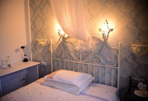 A bed or beds in a room at Hotel Villa Hubertus Kutno
