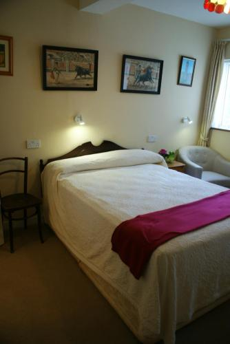 A bed or beds in a room at Rockville House B&B