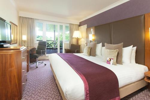 A bed or beds in a room at Crowne Plaza Reading
