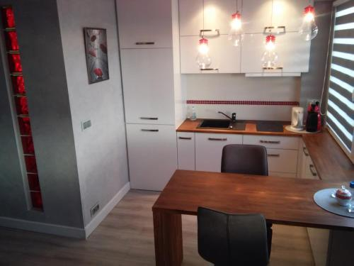 A kitchen or kitchenette at Przytulna kawalerka