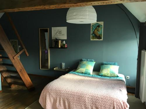 A bed or beds in a room at La Maison d'Ardres