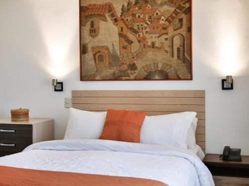 A bed or beds in a room at Hotel La Fuente