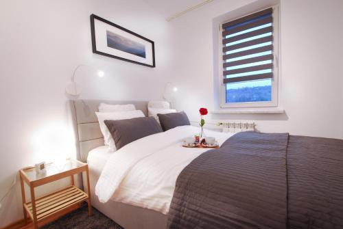 Łóżko lub łóżka w pokoju w obiekcie StayLikeHome Lux Apartment Zakopane