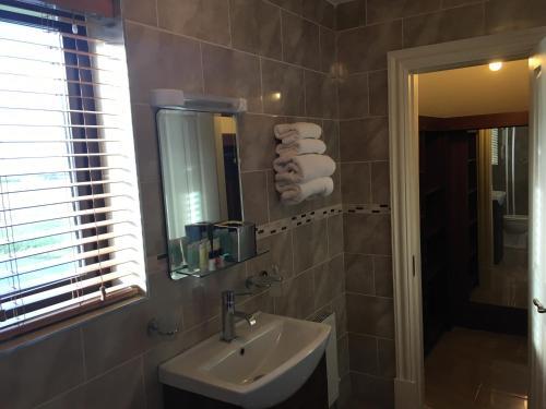 A bathroom at Hopper Inn Guest Accommodation