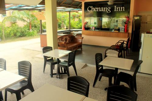 A restaurant or other place to eat at Chenang Inn